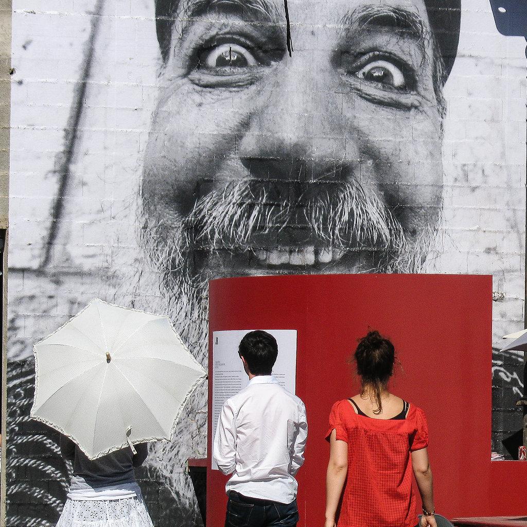 sans Bleu / le mur de JR / Arles 2007