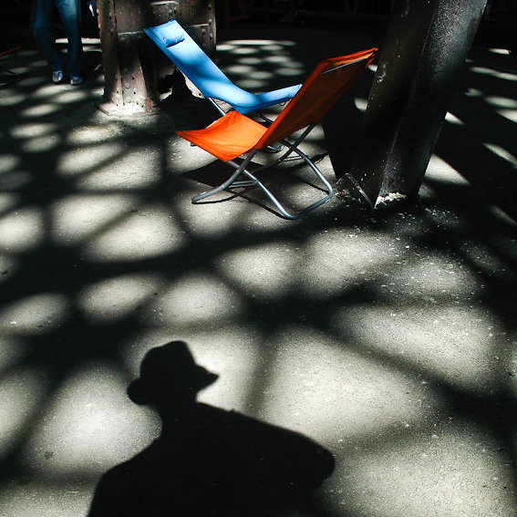 Blue / autoportrait  jean and chairs / arles 008